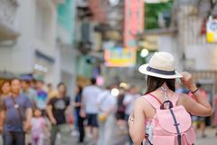Aziatische reiziger die zich op de Vierkante straat van Senado, oriëntatiepunt bevinden en populair voor toeristische attracties  royalty-vrije stock fotografie