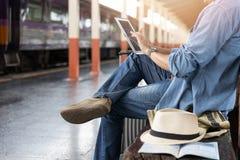 Aziatische reizigersmens die met bezittingen op reis door trein bij Chiang Mai-station, Thailand wachten stock afbeelding