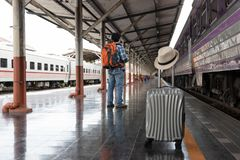 Aziatische reizigersmens die met bezittingen op reis door trein bij Chiang Mai-station, Thailand wachten stock afbeeldingen