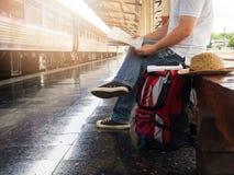 Aziatische reizigersmens die met bezittingen op reis door trein bij Chiang Mai-station wachten, stock foto's