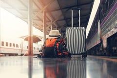 Aziatische reizigersmens die met bezittingen op reis door trein wachten royalty-vrije stock foto