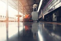 Aziatische reizigersmens die met bezittingen op reis door trein wachten stock afbeelding