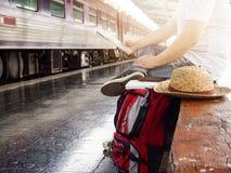 Aziatische reizigersmens die met bezittingen op reis door trein wachten stock afbeeldingen