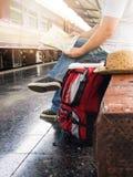 Aziatische reizigersmens die met bezittingen op reis door trein wachten royalty-vrije stock afbeeldingen