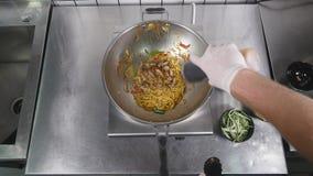 Aziatische restaurantkeuken, chef-kok kokend voedsel, jonge mens als het professionele kok werken Stock Fotografie