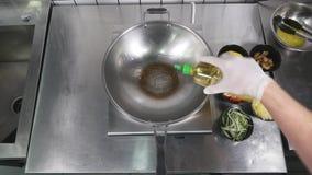 Aziatische restaurantkeuken, chef-kok kokend voedsel, jonge mens als het professionele kok werken Royalty-vrije Stock Foto