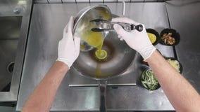 Aziatische restaurantkeuken, chef-kok kokend voedsel, jonge mens als het professionele kok werken Stock Foto's
