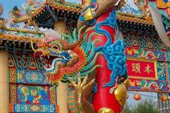 Aziatische rode draak in de Chinese tempel, de godsdienst van China stock fotografie