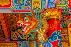 Aziatische rode gouden draak in de Chinese tempel, de godsdienst van China royalty-vrije stock foto