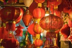 Aziatische rode lantaarn Het gedrukte woord op lantaarn betekent gelukkig en bloeiend royalty-vrije stock foto