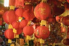 Aziatische rode lantaarn Het gedrukte woord op lantaarn betekent gelukkig en bloeiend royalty-vrije stock afbeeldingen