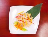 Aziatische salade met cellofaannoedels Stock Foto