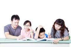 Aziatische samen gelukkige Familiestudie Stock Afbeelding