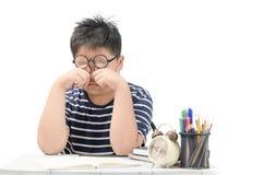 Aziatische schooljongen die ge?soleerde ogen wrijven royalty-vrije stock afbeelding