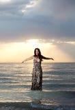 Aziatische schoonheid in het water royalty-vrije stock foto's
