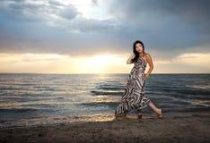 Aziatische schoonheid op het strand Stock Afbeeldingen