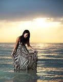 Aziatische schoonheid op het strand stock foto's