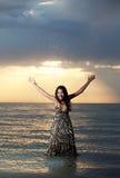 Aziatische schoonheid op het strand royalty-vrije stock afbeelding