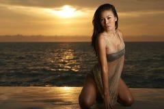 Aziatische Schoonheid op Strand bij Zonsopgang Stock Foto's