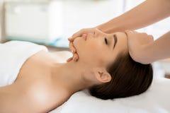 Aziatische skincarevrouw die gezichtshuid, het verfrissende concept van de huidzorg vertroetelen royalty-vrije stock afbeelding