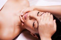 Aziatische skincarevrouw die gezichtshuid, het verfrissende concept van de huidzorg vertroetelen Stock Foto
