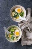 Aziatische soep met eieren, ui en spinazie Royalty-vrije Stock Afbeeldingen