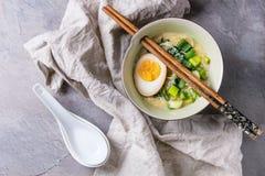 Aziatische soep met eieren, ui en spinazie Royalty-vrije Stock Foto