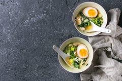 Aziatische soep met eieren, ui en spinazie Royalty-vrije Stock Afbeelding