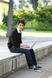 Aziatische student en laptop royalty-vrije stock foto's