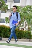 Aziatische Student And Happiness Walking stock foto