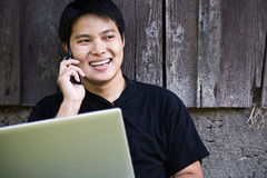 Aziatische student op de telefoon Royalty-vrije Stock Foto's