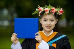 Aziatische student op haar graduatiedag Stock Afbeeldingen
