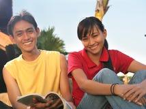 Aziatische student twee openlucht Royalty-vrije Stock Afbeeldingen