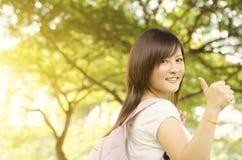 Aziatische studentduim omhoog royalty-vrije stock afbeeldingen