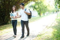 Aziatische Studenten die aan universiteit lopen Stock Fotografie