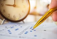 Aziatische Studenten die optische vorm van gestandaardiseerde examens nemen dichtbij Al Stock Foto