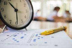 Aziatische Studenten die optische vorm van gestandaardiseerde examens nemen dichtbij Al Stock Fotografie