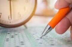 Aziatische Studenten die optische vorm van gestandaardiseerde examens nemen dichtbij Al Royalty-vrije Stock Afbeelding