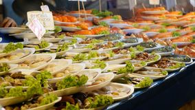 Aziatische Teller met Zeevruchten, Grote Rode Geroosterde Garnaal op een Plaat thailand Pattaya stock video