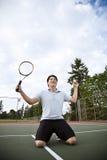 Aziatische tennisspeler in vreugde na het winnen Royalty-vrije Stock Afbeeldingen