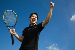 Aziatische tennisspeler in vreugde van overwinning Stock Foto's