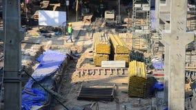 Aziatische Thaise arbeider en de zware nieuwe bouw van de machines werkende bouwer bij een bouwwerf stock video