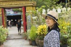 Aziatische Thaise vrouwen en mensenreis en het winkelen product en voedsel stock fotografie