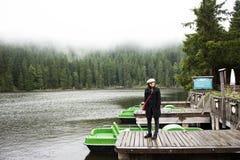 Aziatische Thaise vrouwenreis bij Mummelsee-meer in Zwart Bos, Duitsland royalty-vrije stock fotografie