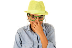 Aziatische tiener die haar grappige groene glazen verhogen Stock Foto