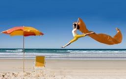 Aziatische toerist die bij strand springt Royalty-vrije Stock Foto's