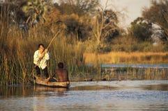 Aziatische toerist die van de reis op een traditionele Afrikaanse kano genieten royalty-vrije stock afbeelding