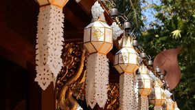 Aziatische traditie Boeddhisme Traditionele noordelijke Thaise document lantaarns die in tempel hangen stock videobeelden