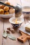 Aziatische traditionele schotel Mongools, Kalmyk, Buryat, Tibetaanse, Tuvan thee Thee met melk, zout, boter, notemuskaat stock foto's