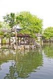 Aziatische tuin met een vijver stock fotografie